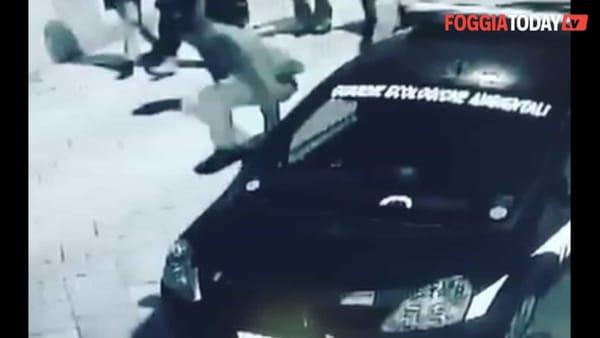 """Rompe lo specchietto dell'auto della Guardia Civilis, ma viene ripreso dalle telecamere: """"Chieda scusa e risarcisca il danno"""""""