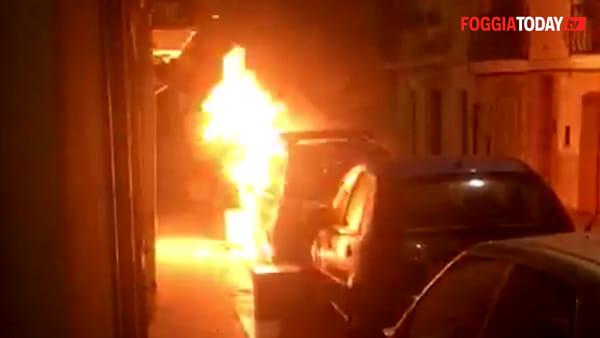 A fuoco l'auto della 'Civilis', le telecamere riprendono tutto: le immagini del piromane in azione