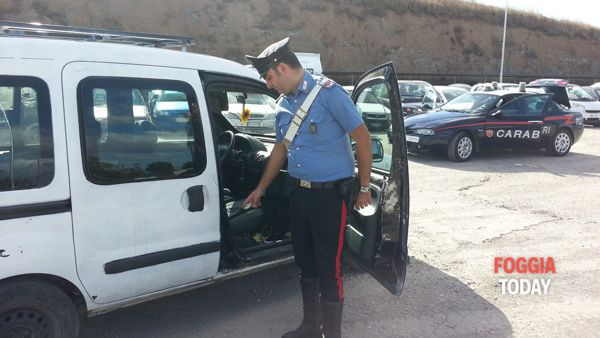 Un Carabiniere mostra il telaio contraffatto del mezzo trovato in possesso dell'arrestato__-4-2