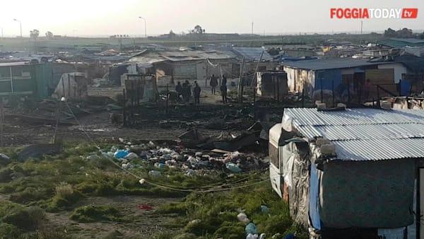 Spaventoso incendio sulla 'pista', baracche a fuoco e donna ustionata: le immagini della devastazione