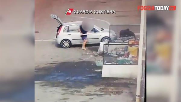VIDEO | Via vai di auto e furgoncini: così gli incivili hanno reso il porto di Manfredonia una discarica
