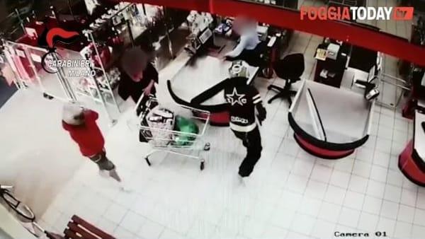 VIDEO | Rapina a mano armata e fuga col malloppo: tracce biologiche sugli indumenti incastrano due giovani