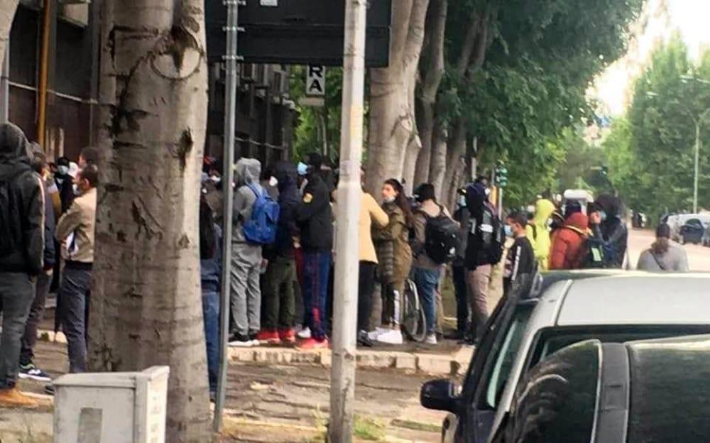 Foggia, migranti in fila in Questura per il rinnovo dei ...